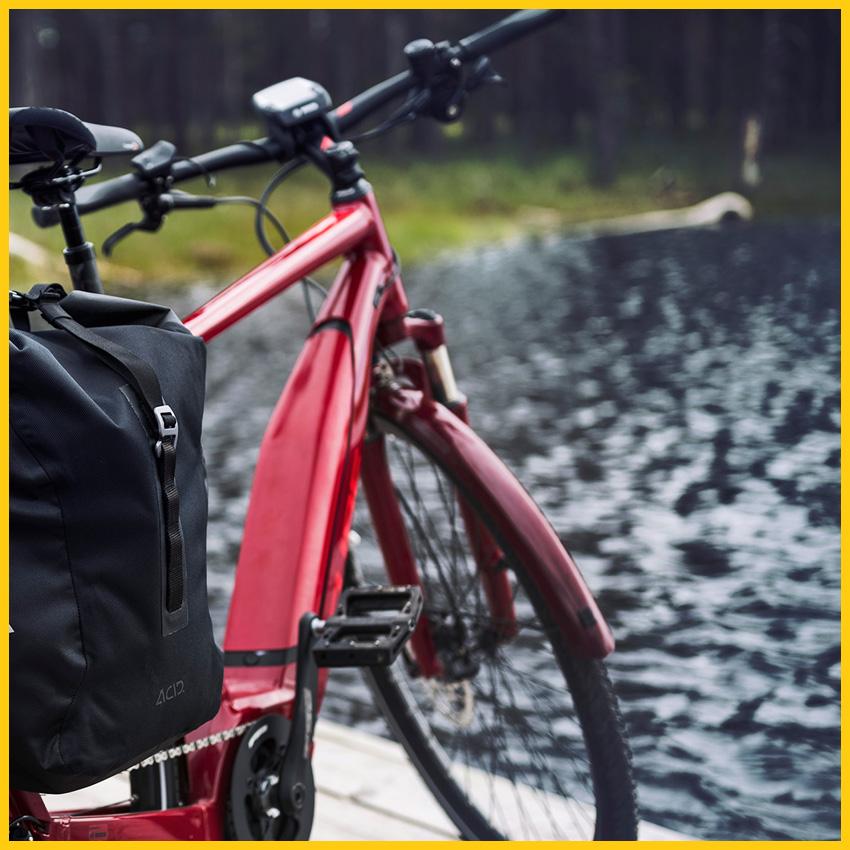 CUBE TOURING HYBRID Exc 500 E-Bike in der Farbe darkred´n´red auf einem Steg an einem kleinen See auf dem Bach Radweg durchgeführt vom Werra Bikes