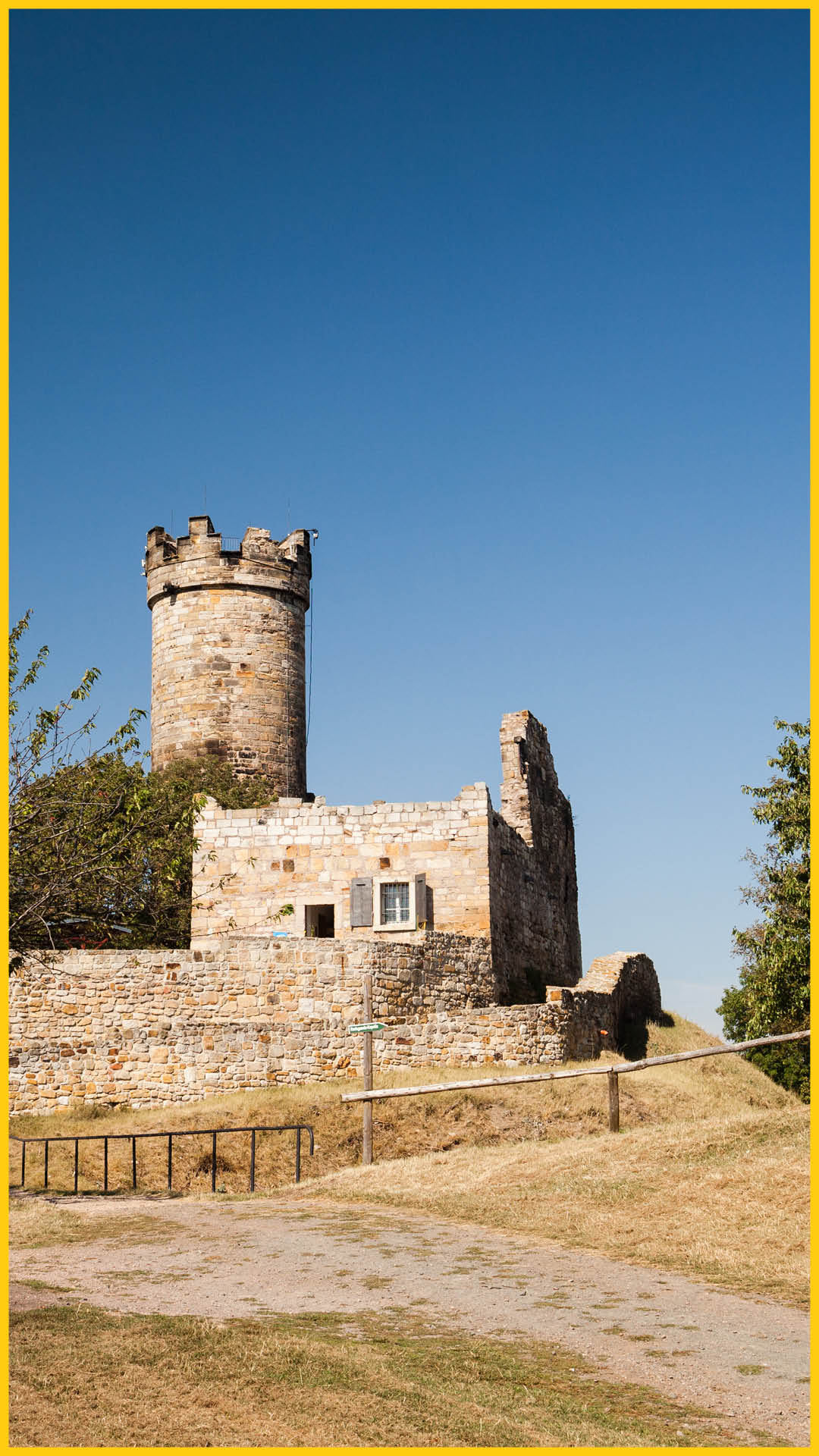 Blick auf die Burg Mühlburg im Landkreis Gotha auf dem Bach Radweg durchgeführt vom Werra Bikes
