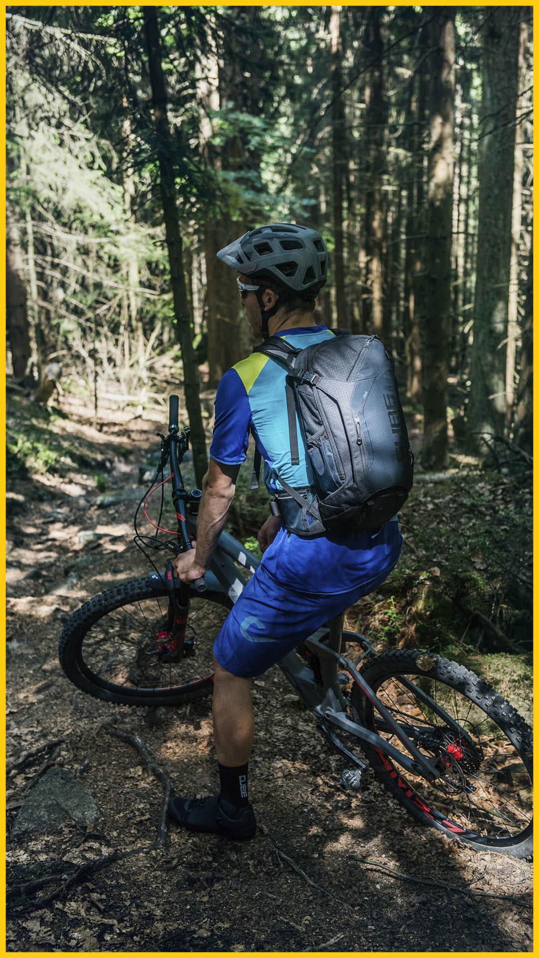 Biker auf einem CUBE Bike mit CUBE Wear und CUBE Equipment an einem sonnigem Tag im Wald auf dem Bach Radweg durchgeführt vom Werra Bikes