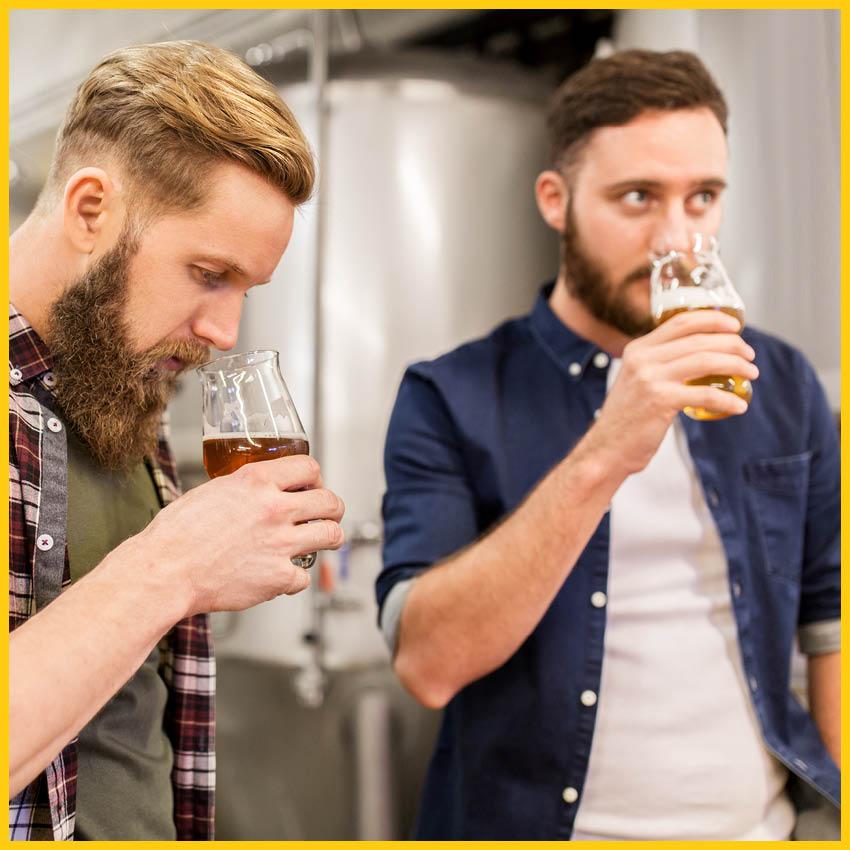 Zwei Männer bei einer Bierverkostung auf dem Bierradweg durchgeführt vom Werra Bikes