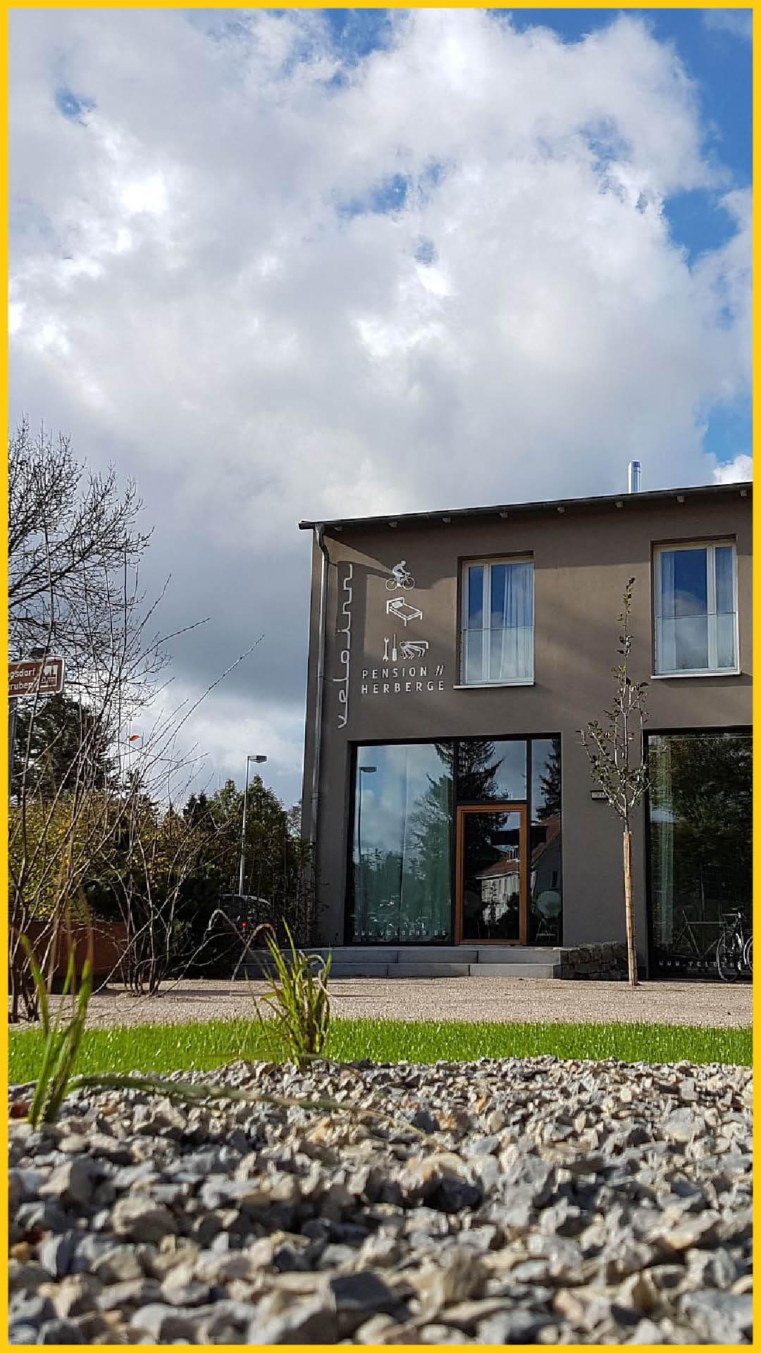 velo inn Pension und Herberge Haus von Außen mit Grünanlage ideal als Übernachtungsmöglichkeit auf dem Ilmtalradweg durchgeführt vom Werra Bikes