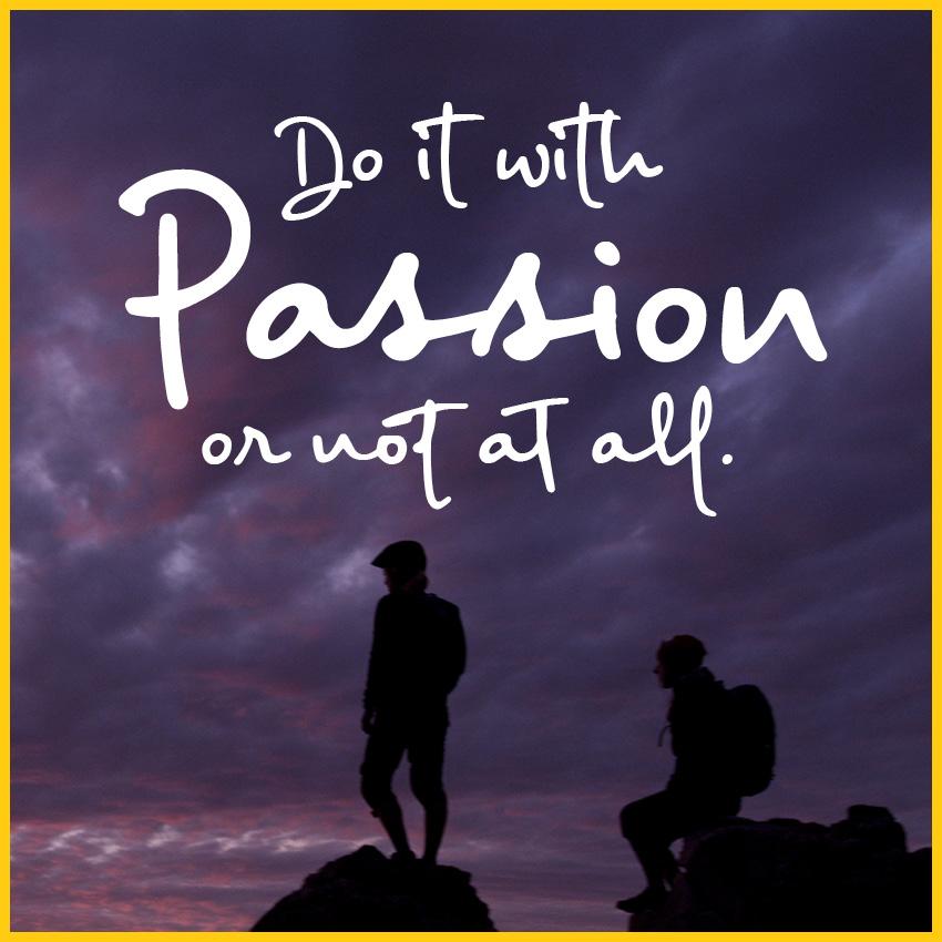 Zwei Personen auf Felsen im Sonnenuntergang bei lilafarbenen Himmel mit dem Spruch: Do it with Passion or not at all