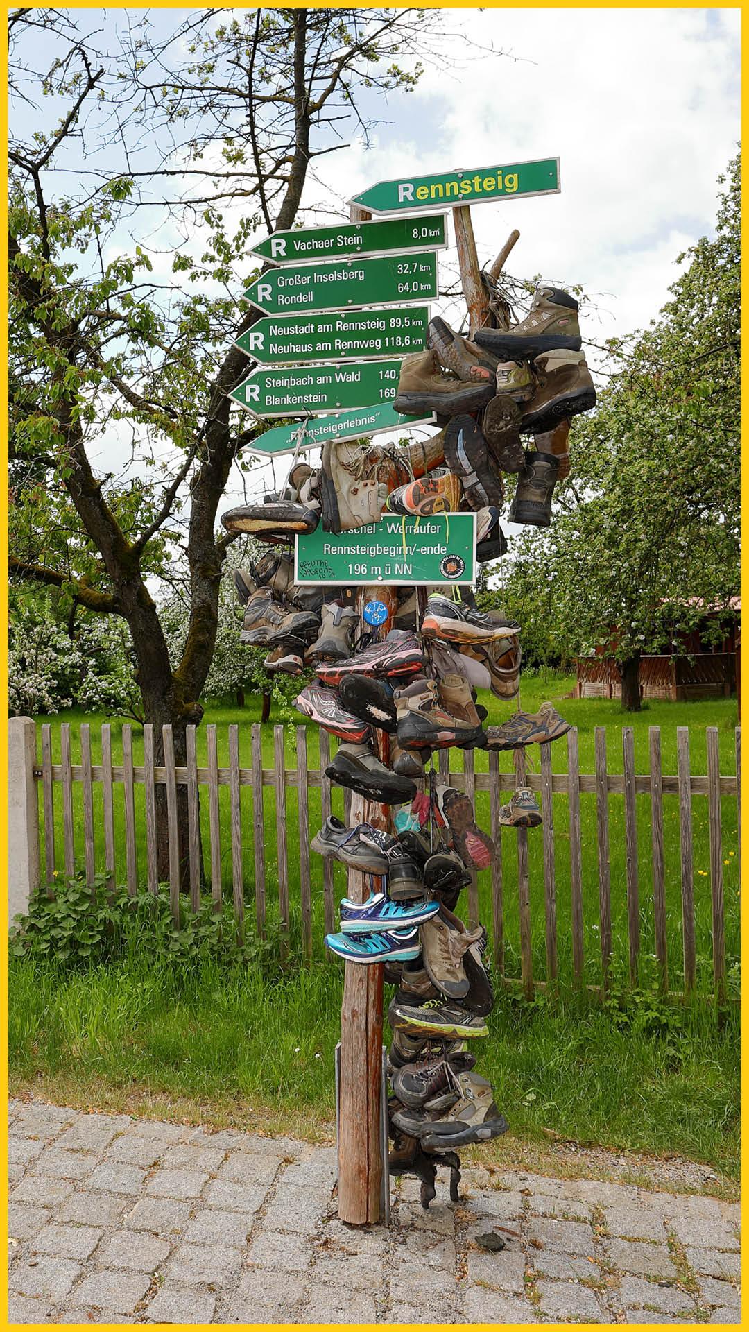 Hinweisschilder am Rennsteig in Hörschel, auf dem viele Schuhe gehängt werden auf den Rennsteig Radweg durchgeführt von Werra Bikes
