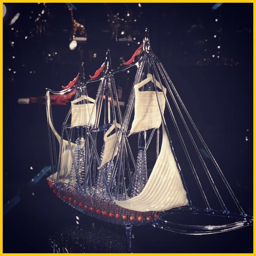 Ein Segelschiff im Glaskunst Museum in Lauscha auf dem Rennsteig Radweg durchgeführt von Werra Bikes
