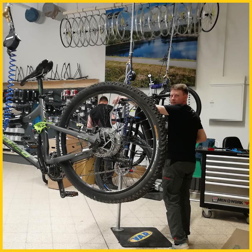 Mechaniker in der Werra Bikes Werkstatt beim Bike Service Check