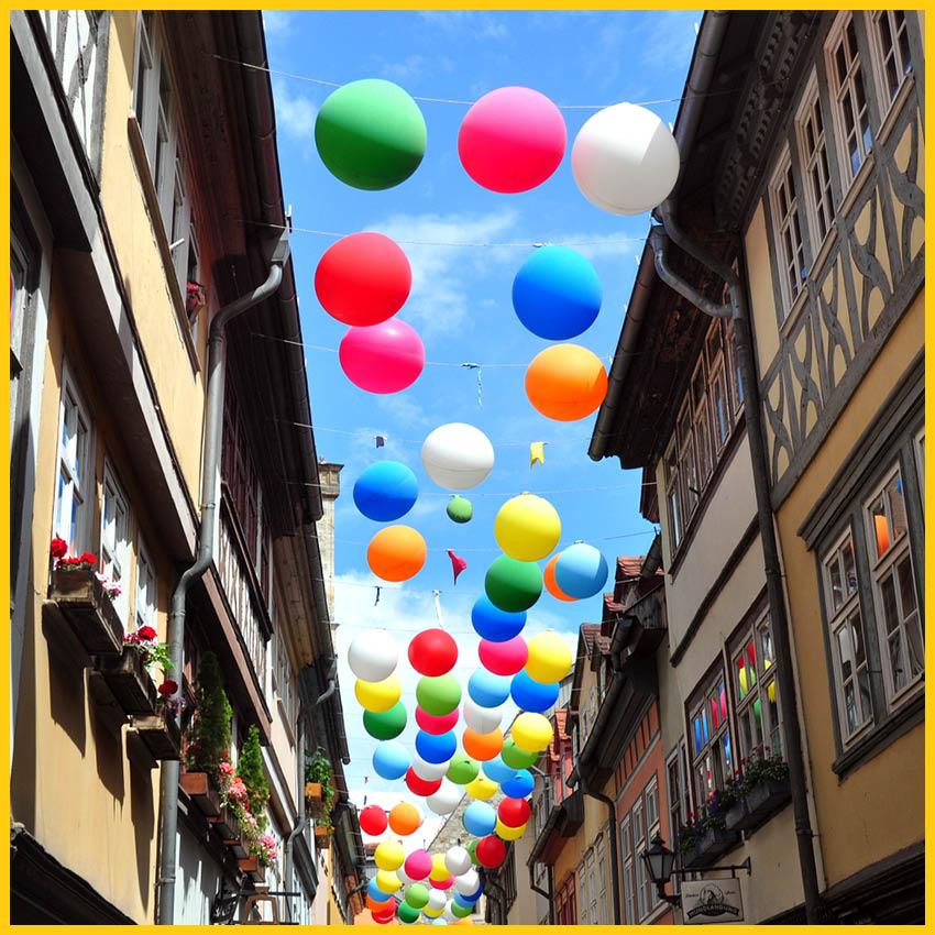 Mit bunten Ballons geschmückte Krämerbrücke in der Landeshauptstadt Erfurt auf dem Radweg Thüringer Städtekette durchgeführt vom