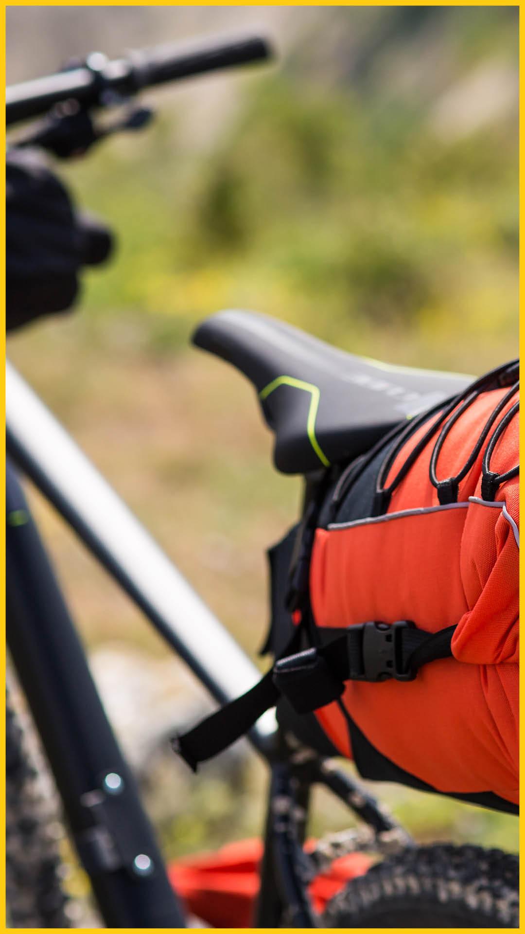 Gepacktes Tourenbike mit Gepäcktaschen vorne und hinten auf dem Werratal Radweg durchgeführt vom Werra Bikes