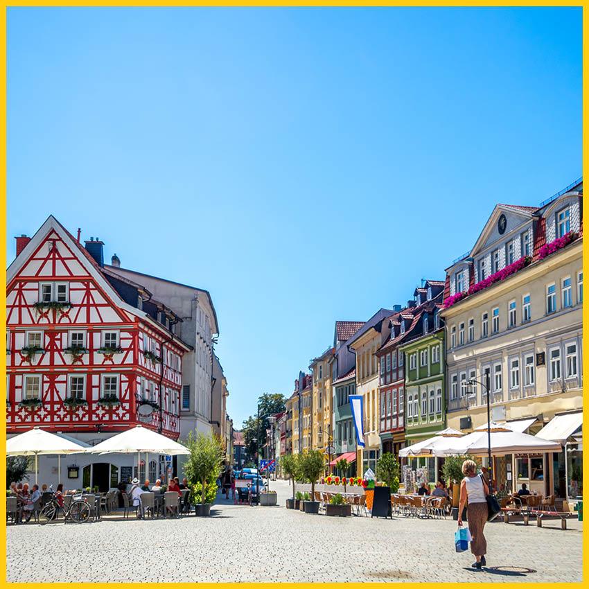 Marktplatz in Meiningen mit Geschäften, Restaurants und Cafés auf dem Werratal Radweg durchgeführt vom Werra Bikes