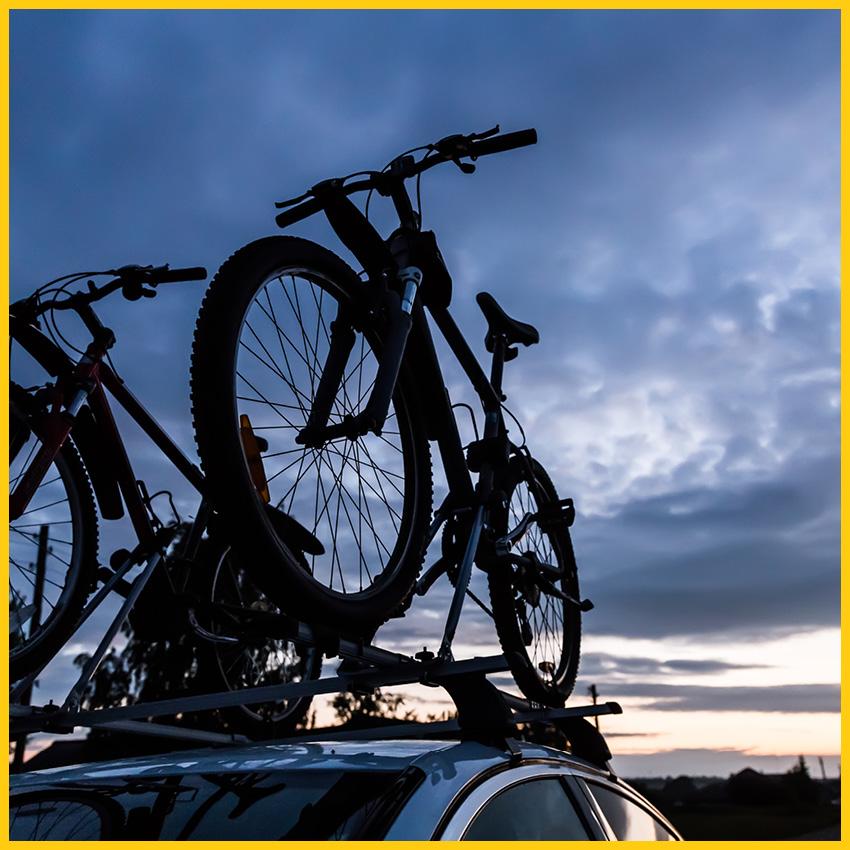 Fahrräder auf Dachgepäckträger bei Sonnenaufgang kurz vor dem Tourenstart auf dem Ilmtalradweg durchgeführt vom Werra Bikes