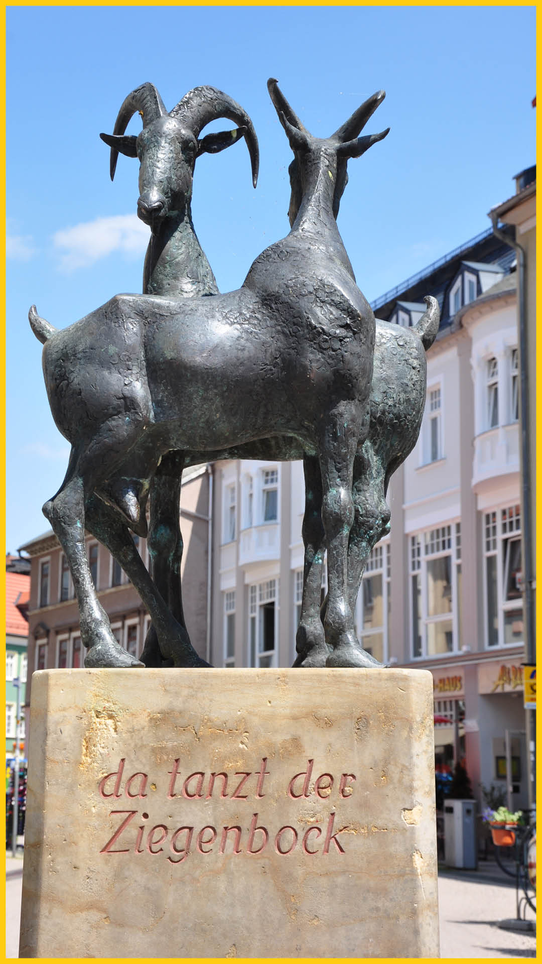 Ziegenbrunnen mit dem Spruch: Da tanzt der Ziegenbock in Ilmenau auf dem Ilmtalradweg durchgeführt vom Werra Bikes